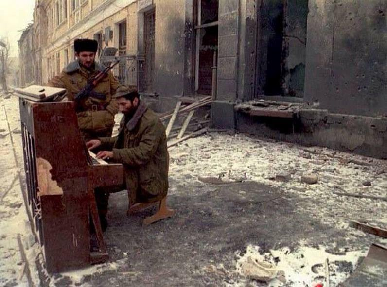 a-chechen-soldier-plays-piano-in-one-of-the-main-streets-of-grozny_1994