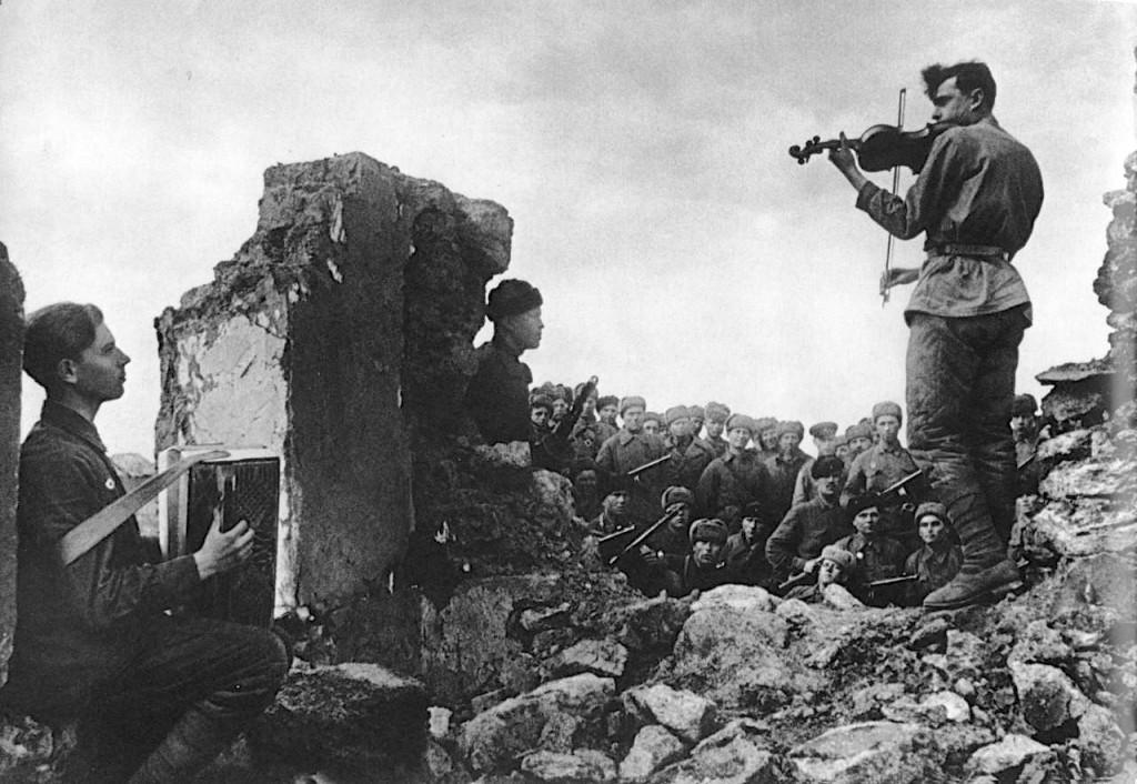 soldados-sovieticos-en-las-ruinas-de-novoshahtinsk-union-sovietica-1942