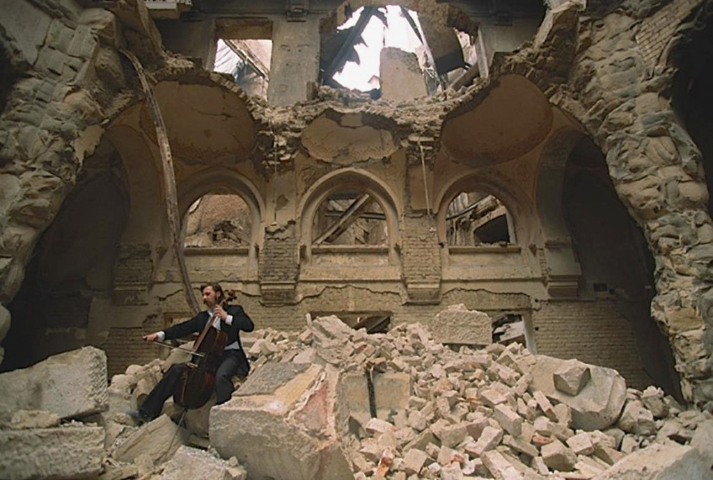 vedran-smailovic-playing-in-the-partially-destroyed-national-library-in-sarajevo-in-1992
